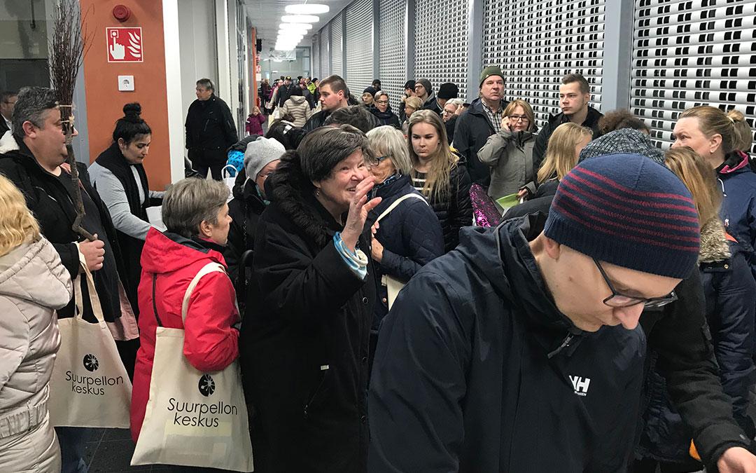 Suurpellon asukkaat riensivät tutustumaan pian avattavaan ostoskeskukseen